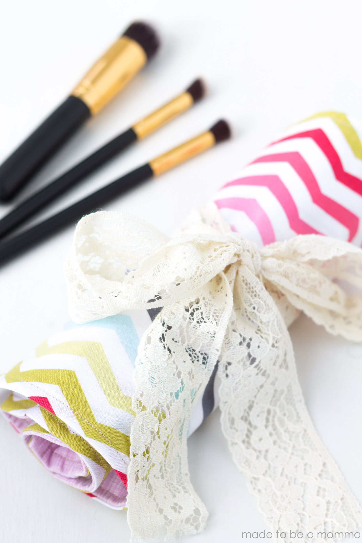 Makeup Brush Holder: perfect gift idea for any makeup lover! Tutorial at madetobeamomma.com