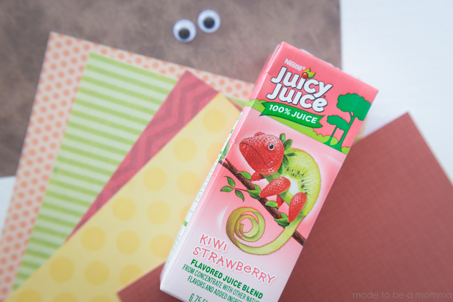 This Turkey Juice Box is the perfect kids craft for the little ones on Thanksgiving Day. This craft will help keep them busy while they wait for dinner. www.madetobeamomma.com