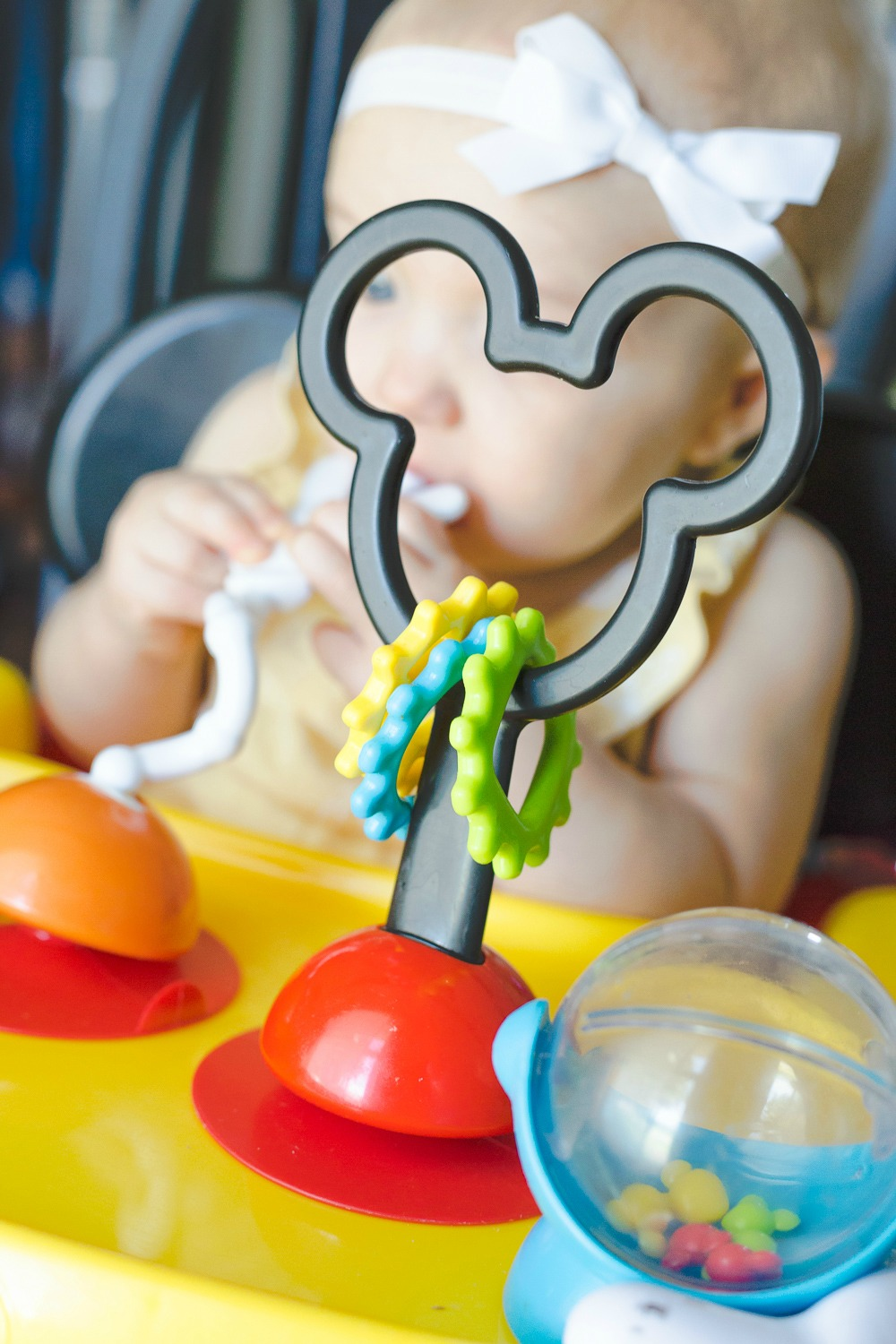 The First Years Mickey Mouse Helping Hands Feeding & Activity Seat makes for a less stressful meal time! Enjoy your family dinner again while baby stays busy playing and learning.
