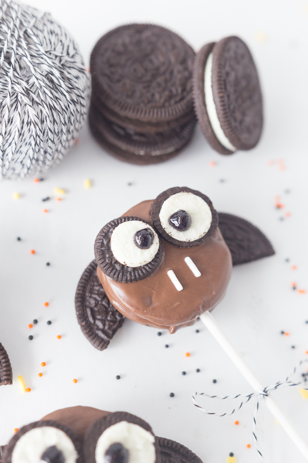 Oreo Bat Cookie Sticks: a friendly halloween treat that the kids will love! www.madetobeamomma.com