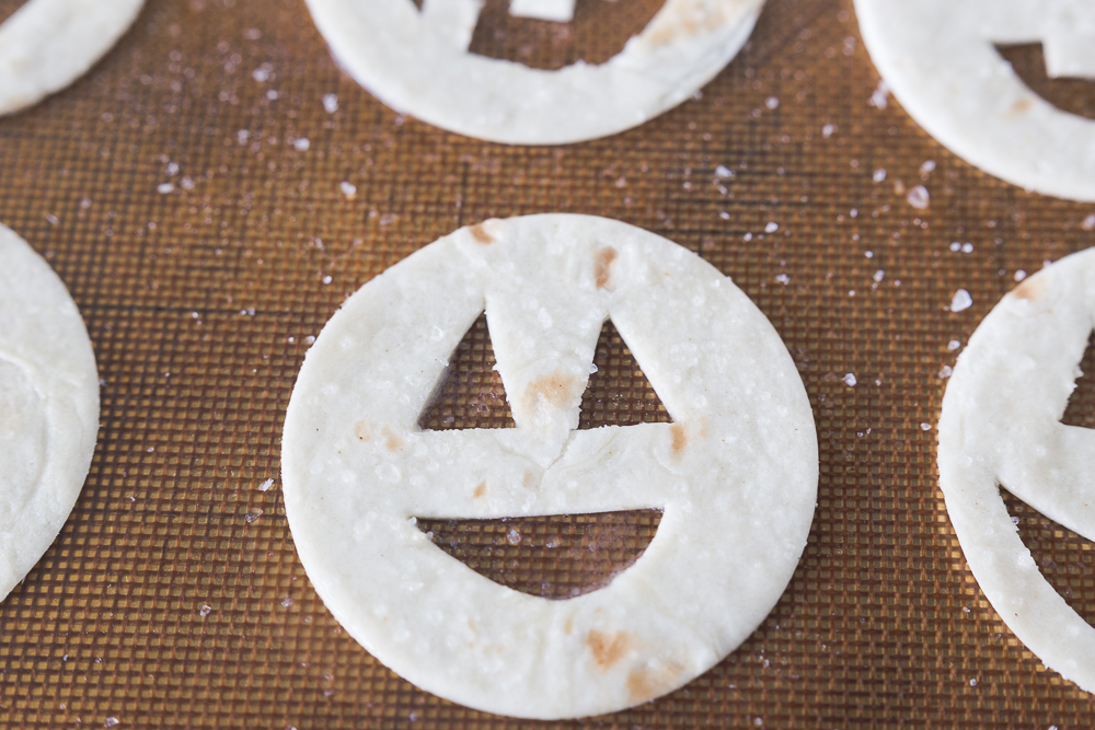 Jack-O-Lantern Tortilla Chips & Salsa Dip: a delicious treat that is perfect for family night or a fun halloween party!