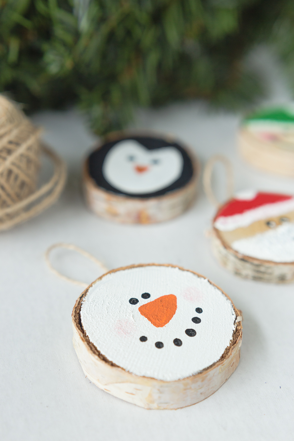 Wood Slice Ornaments: the perfect 30 minutes gift idea that your loved ones will enjoy year after year.