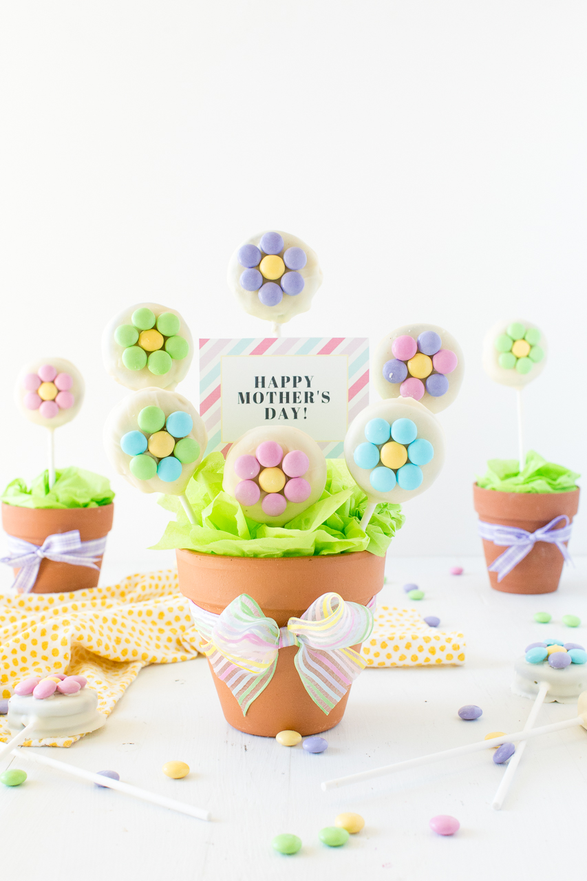 Mother's Day Cookie Bouquet: a simple and fun gift idea that is perfect for Mothers Day! Grab the free printable to add a special note to your mother's day cookies.