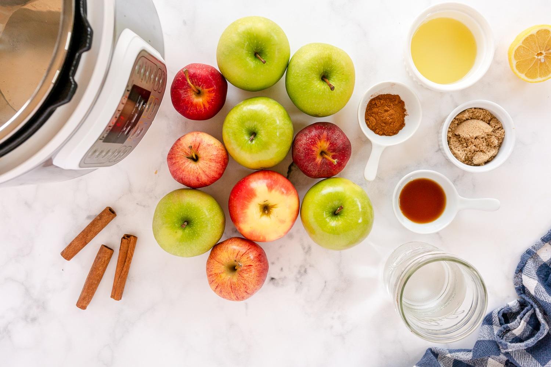 applesauce ingredients - apples, cinnamon, lemon juice and vanilla